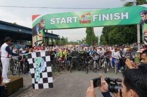 SEHAT : Bupati Tuban, Fathul Huda saat memberangkatkan peserta sepeda wisata
