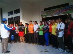 KOMPAK BOIKOT : Sesaat sebelum walk out para pendamping dan atlet dari kontingen kecamatan berkumpul di depan GOR Tuban