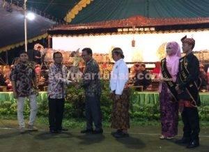 MENGAKARKAN BUDAYA : Bupati Tuban menerima penyerahan tokoh wayang pertanda dimulainya pagelaran