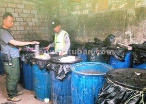 PELAKU LAMA : Anggota Polsek Semanding saat memeriksa baceman arak