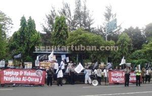 BELA ISLAM : Aktivis HTI Tuban saat menggelar aksi di sekitar Jalan Letda Sucipto