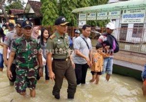 BERSAMA WARGA : Dandim 0811 Tuban. Letkol Sarwo Supriyo saat meninjau lokasi banjir