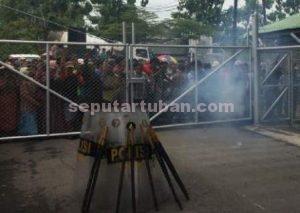DIJAGA KETAT : Aparat kepolisian mengerahkan personilnya untuk mengamankan jalanya aksi warga