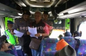 SIAGA TOTAL : Anggota Polres Tuban yang melakukan pemeriksaan dan pembagian himbauan kepada penumpang bus