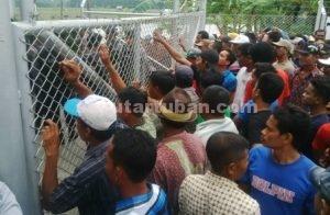TUNTUT HAK : Sudah kesekian kalinya warga Desa Rahayu, Kecamatan Soko menggelar aksi unjuk rasa dan blokir pintu masuk area JOB PPEJ untuk menuntut pencairan dana kompensasi