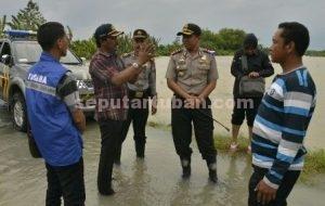 BLUSUKAN KAPOLRES : Kapolres Tuban, AKBP Fadly Samad saat mengunjungi kawasan banjir di wilayah Desa Kebomlati Kecamatan Plumpang