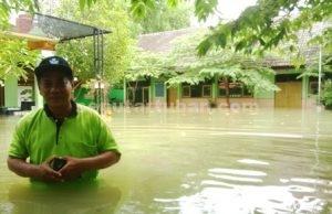 SELALU SIAGA : Kepala Sekolah SDN Ngadirejo I, Muhamad Khusni usai menyelamatkan buku perpustakaan di sekolah agar tidak terendam banjir