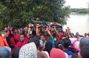 AKHIRYA DITEMUKAN : Jasad korban tenggelam saat dievakuasi lokasi kejadian oleh tim gabungan