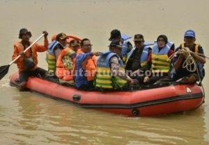 TOTALITAS PIMPINAN : Bupati Tuban, Fathul Huda (kacamata hitam) dan Kapolres Tuban, AKBP Fadly Samad (dekat pedayung) didampingi pejabat lainya memeriksa kondisi banjir dengan naik perahu karet