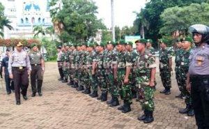 SIAGA PILKADES : Kapolres Tuban dan Dandim Tuban saat memeriksa pasukan