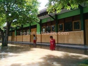 DIPAKSA LIBUR : Karena sekolah kebanjiran siswa diliburkan