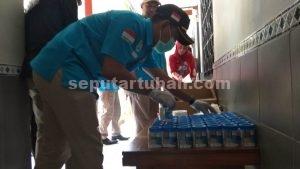 NIHIL : Petugas BNNK saat memeriksa urine petugas Lapas Tuban