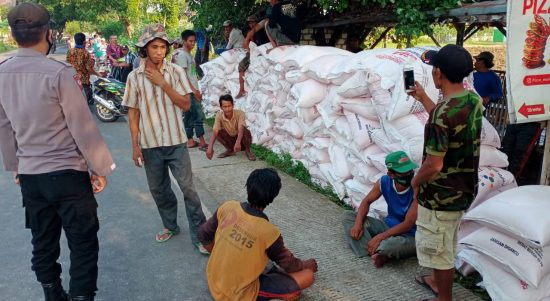 Warga Singgahan turunkan paksa pupuk subsidi (2)