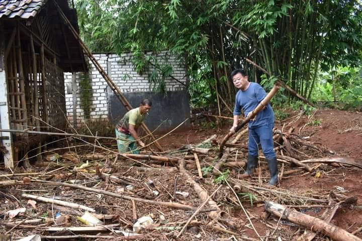 De Anwar Membersihkan Sisa Banjir