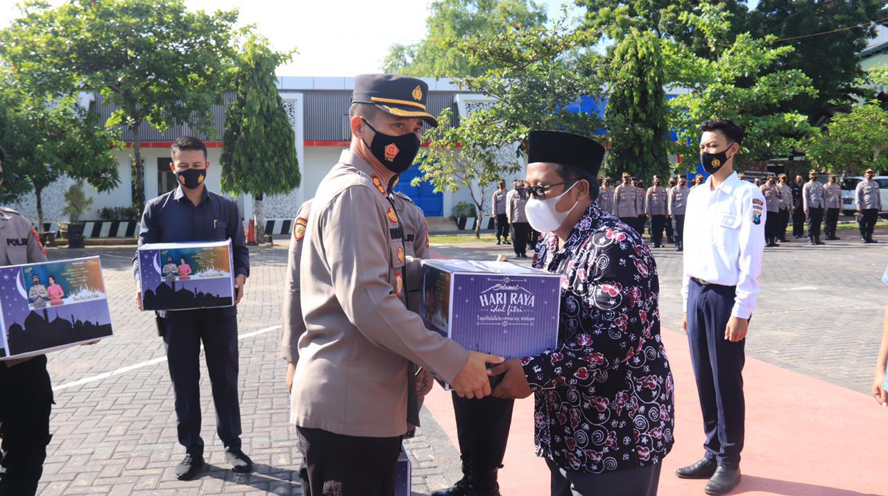 Kapolres Tuban, AKBP Ruruh Wicaksono saat menyerahkan bantuan kepada perwakilan tokoh