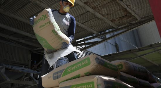 Pekerja sedang melakukan bongkar muat semen di Packing Plant SIG, Gresik